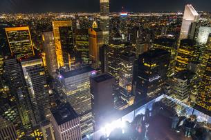 ロックフェラーセンター展望台の人々と夜景の写真素材 [FYI02977483]