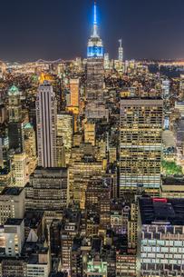 トップ・オブ・ザ・ロック(ロックフェラーセンター展望台)から見えるダウンタウンの夜景の写真素材 [FYI02977541]