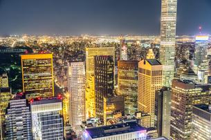 432パーク・アベニューとマンハッタンの夜景の写真素材 [FYI02977551]