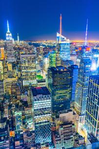 トップ・オブ・ザ・ロック(ロックフェラーセンター展望台)から見えるダウンタウンの夜景の写真素材 [FYI02977572]