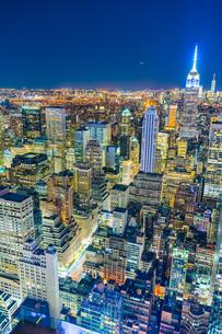 トップ・オブ・ザ・ロック(ロックフェラーセンター展望台)から見えるダウンタウンの夜景の写真素材 [FYI02977578]
