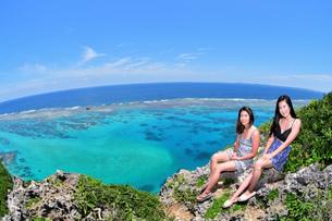 宮古島/伊良部島の四角点でポートレート撮影の写真素材 [FYI02977601]