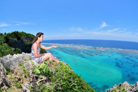 宮古島/伊良部島の四角点でポートレート撮影の写真素材 [FYI02977607]