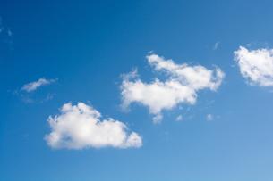真っ青な空に浮かぶ白い雲の写真素材 [FYI02977646]