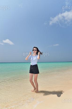 宮古島/ビーチでポートレート撮影の写真素材 [FYI02977757]