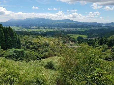 霧島連峰 車窓からの風景の写真素材 [FYI02977776]