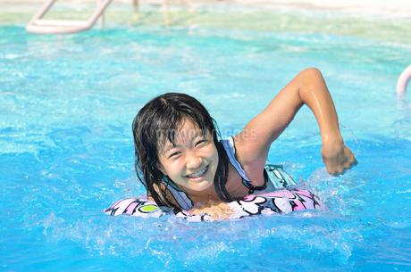 プールで遊ぶ女の子の写真素材 [FYI02977788]