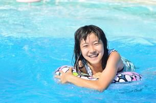 プールで遊ぶ女の子の写真素材 [FYI02977790]