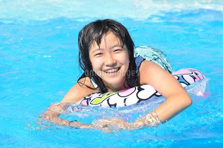 プールで遊ぶ女の子の写真素材 [FYI02977792]