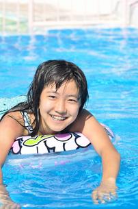 プールで遊ぶ女の子の写真素材 [FYI02977794]