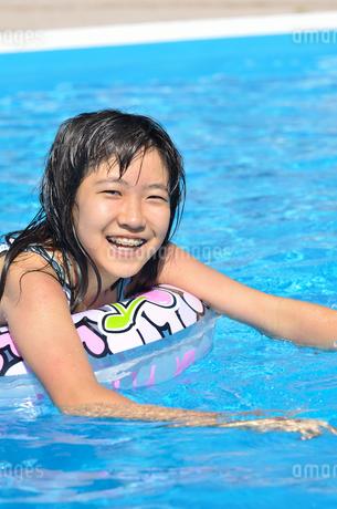 プールで遊ぶ女の子の写真素材 [FYI02977796]