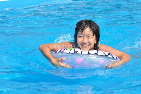 プールで遊ぶ女の子の写真素材 [FYI02977798]