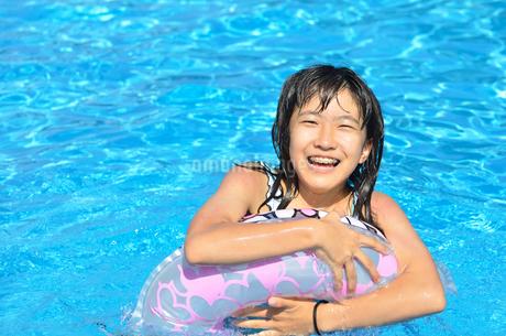 プールで遊ぶ女の子の写真素材 [FYI02977800]