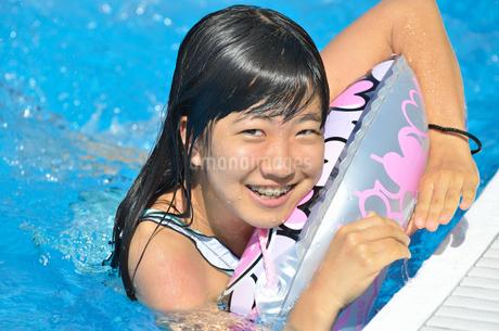 プールで遊ぶ女の子の写真素材 [FYI02977802]