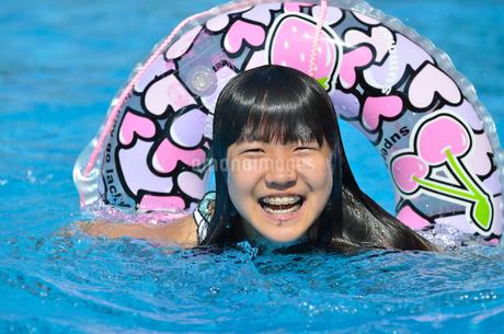 プールで遊ぶ女の子の写真素材 [FYI02977803]