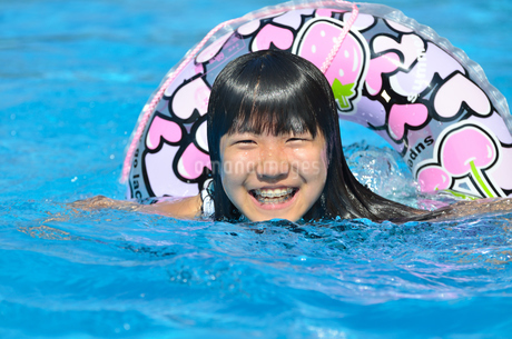 プールで遊ぶ女の子の写真素材 [FYI02977804]