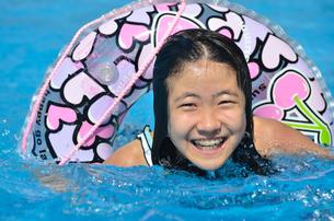 プールで遊ぶ女の子の写真素材 [FYI02977805]