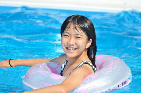 プールで遊ぶ女の子の写真素材 [FYI02977806]