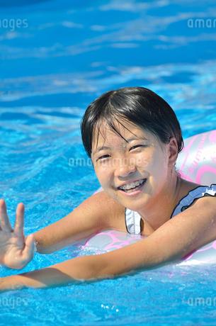 プールで遊ぶ女の子の写真素材 [FYI02977807]