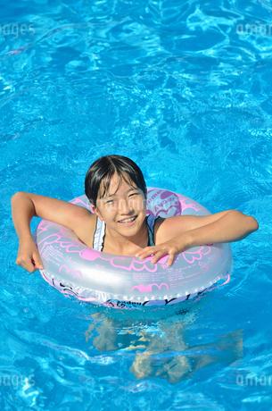 プールで遊ぶ女の子の写真素材 [FYI02977809]