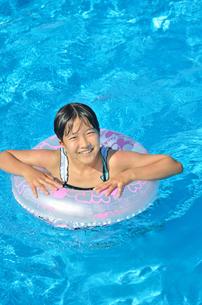 プールで遊ぶ女の子の写真素材 [FYI02977810]