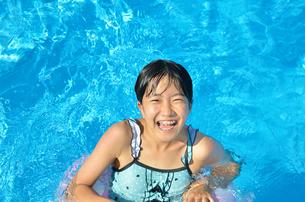 プールで遊ぶ女の子の写真素材 [FYI02977811]