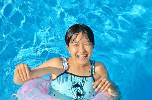 プールで遊ぶ女の子の写真素材 [FYI02977812]