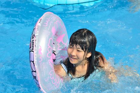 プールで遊ぶ女の子の写真素材 [FYI02977813]