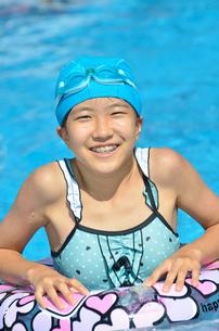 プールで遊ぶ女の子の写真素材 [FYI02977816]