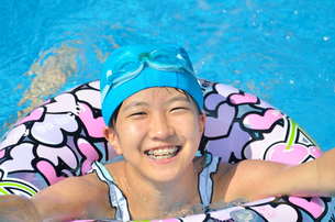 プールで遊ぶ女の子の写真素材 [FYI02977817]