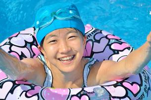 プールで遊ぶ女の子の写真素材 [FYI02977818]