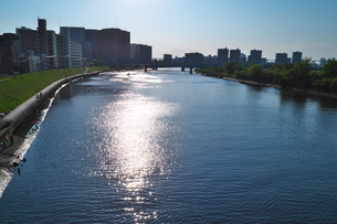 川の両側に広がる街の写真素材 [FYI02977855]