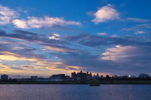 夕映えの川と対岸の街の写真素材 [FYI02977868]