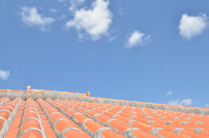沖縄赤瓦+青空の写真素材 [FYI02977888]