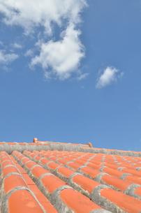 沖縄赤瓦+青空の写真素材 [FYI02977890]
