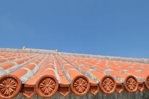 沖縄赤瓦+青空の写真素材 [FYI02977892]