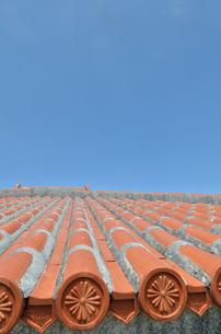 沖縄赤瓦+青空の写真素材 [FYI02977894]