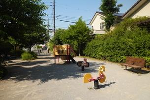 住宅街の中の小さな公園の写真素材 [FYI02977911]