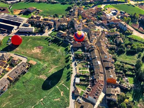 スペイン 街から上がる気球の写真素材 [FYI02977966]