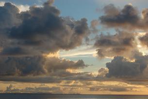 夕焼けでオレンジ色の雲と穏やかな海の写真素材 [FYI02978010]