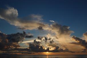 夕焼けでオレンジ色の雲と穏やかな海の写真素材 [FYI02978012]