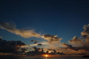 夕焼けでオレンジ色の雲と穏やかな海の写真素材 [FYI02978013]