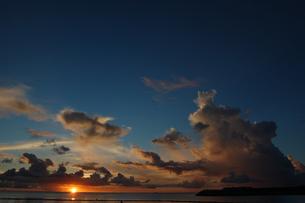 夕焼けでオレンジ色の雲と穏やかな海の写真素材 [FYI02978015]