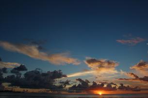 夕焼けでオレンジ色の雲と穏やかな海の写真素材 [FYI02978017]