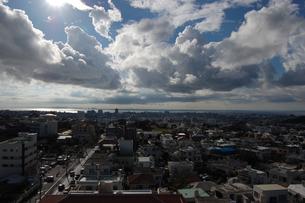 南国沖縄の雲と都会の街並みの写真素材 [FYI02978023]