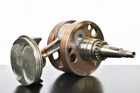 単気筒エンジンのクランクシャフトの写真素材 [FYI02978026]