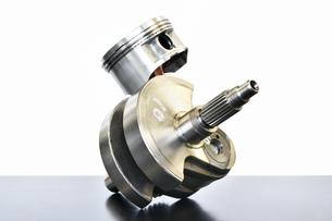 単気筒エンジンのクランクシャフトの写真素材 [FYI02978027]