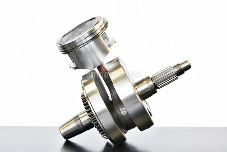 単気筒エンジンのクランクシャフトの写真素材 [FYI02978030]