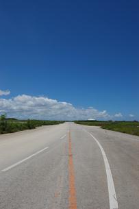 晴天の空と奥に続く直線道路の写真素材 [FYI02978037]