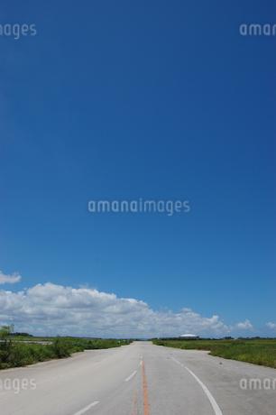 晴天の空と奥に続く直線道路の写真素材 [FYI02978038]